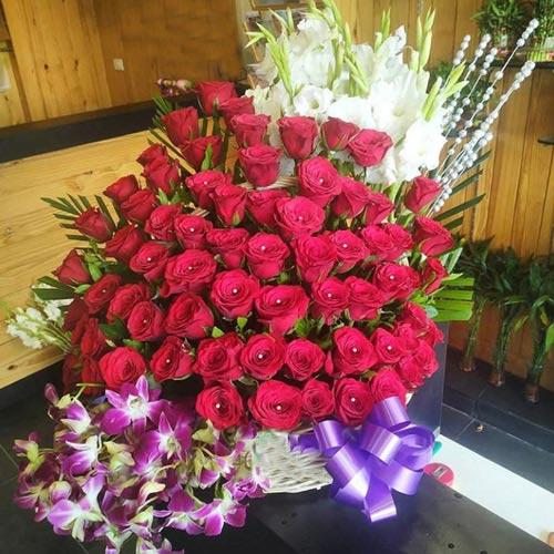 Marvellous Arrangement of Roses, Orchids N Tube Roses