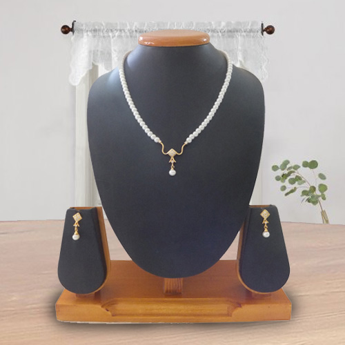 Eye-Catching Pearl Pendant Set with Earrings